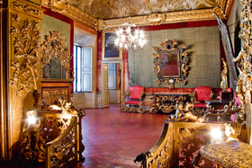Альков отделен от брачной комнаты балюстрадой, которая украшена эмблемами Мели-Лупи и Империи