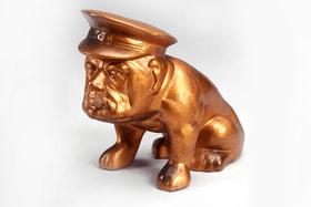 Даже смеясь над своим премьер-министром, британцы отдавали должное его готовности защищать интересы страны (сувенирная статуэтка бульдога с лицом Черчилля)
