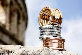 В современной коллекции украшения B.zero1 существуют во всех цветах золота и в разной степени декорированности бриллиантами