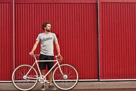 Компания Pashley, основанная в 1926 г., сегодня помимо велосипедов выпускает одежду и аксессуары