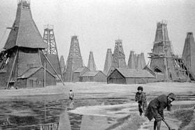 Братья Нобели создали на своей второй родине солидную базу для дальнейшего развития нефтедобывающей отрасли. Жители города Баку, работающие на нефтяных промыслах компании «Бранобель» (фотография сделана в 1900 году)