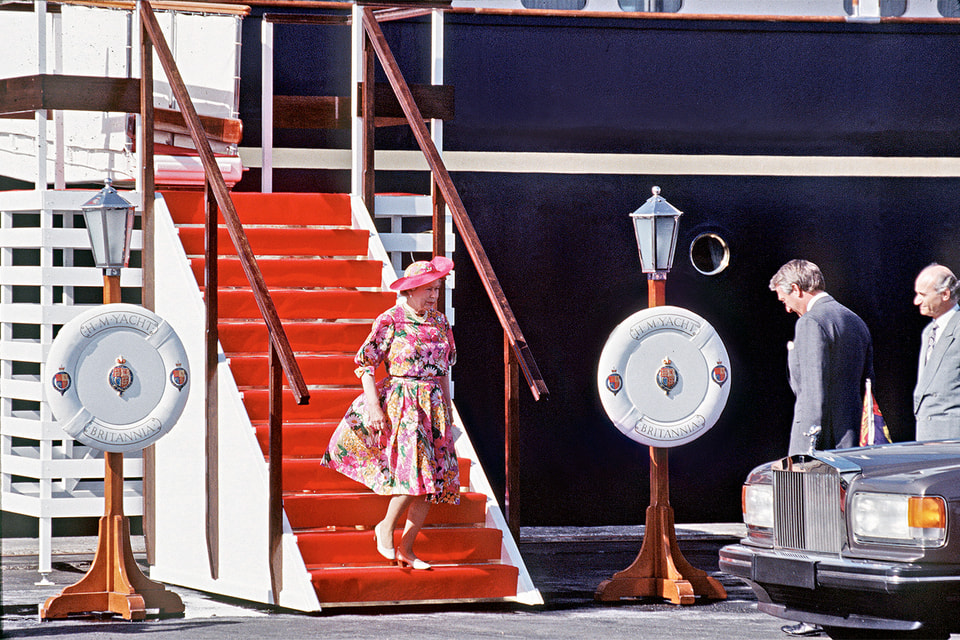 Королева Елизавета II спускается по трапу яхты Britannia. Фото сделано во время визита на Кипр