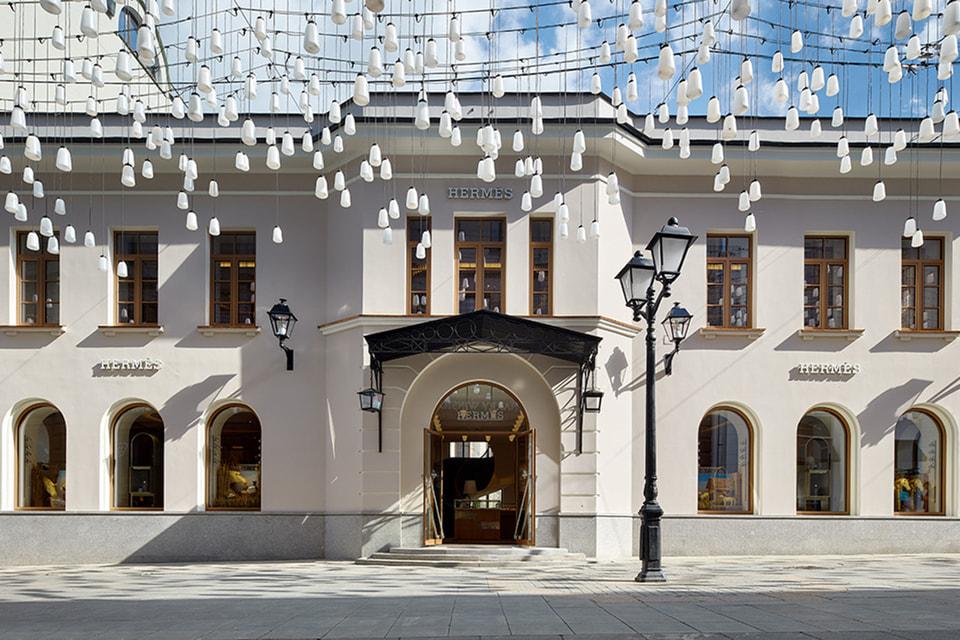Фасад особняка под номером 12 в Столешниковом переулке в целом сохранил свой исторический облик, были лишь немного обновлены окна прямоугольной формы на втором этаже и парадное крыльцо