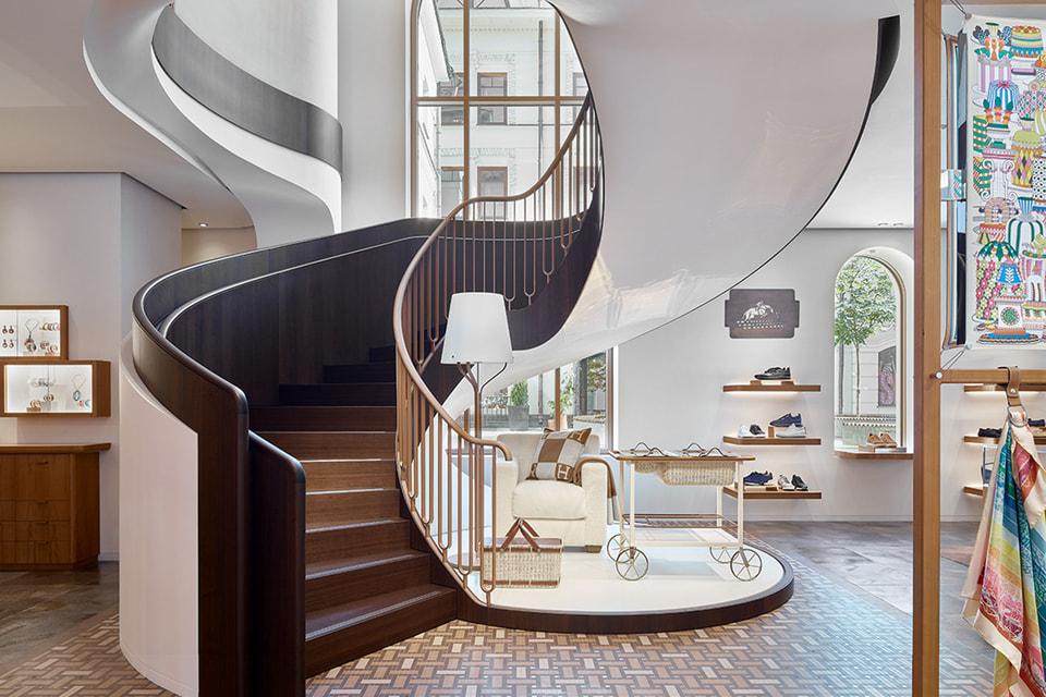 В интерьере каждого бутика Hermes в мире одним из главных акцентов непременно является лестница оригинального дизайна – бутик Столешников не стал в этом плане исключением