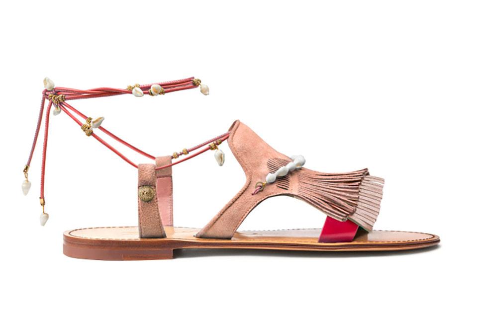 Замшевые сандалии из совместной эко-коллекции Santoni и Софии Санчес декорированы  ракушками
