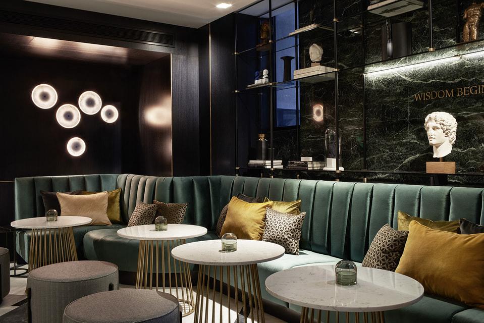 Атмосфера в баре отеля должна напомнить гостям о самом знаменитом «Диалоге» Платона - «Пир»