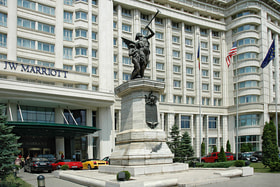 Как и подобает отелю такого уровня, JW Marriott расположен в самом центре Бухареста недалеко от Дворца Парламента