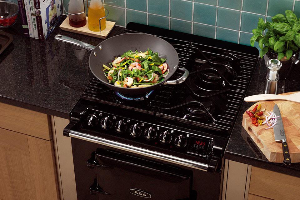 Одна из стеклокерамических конфорок плиты Masterchef предназначена для wok-сковородок