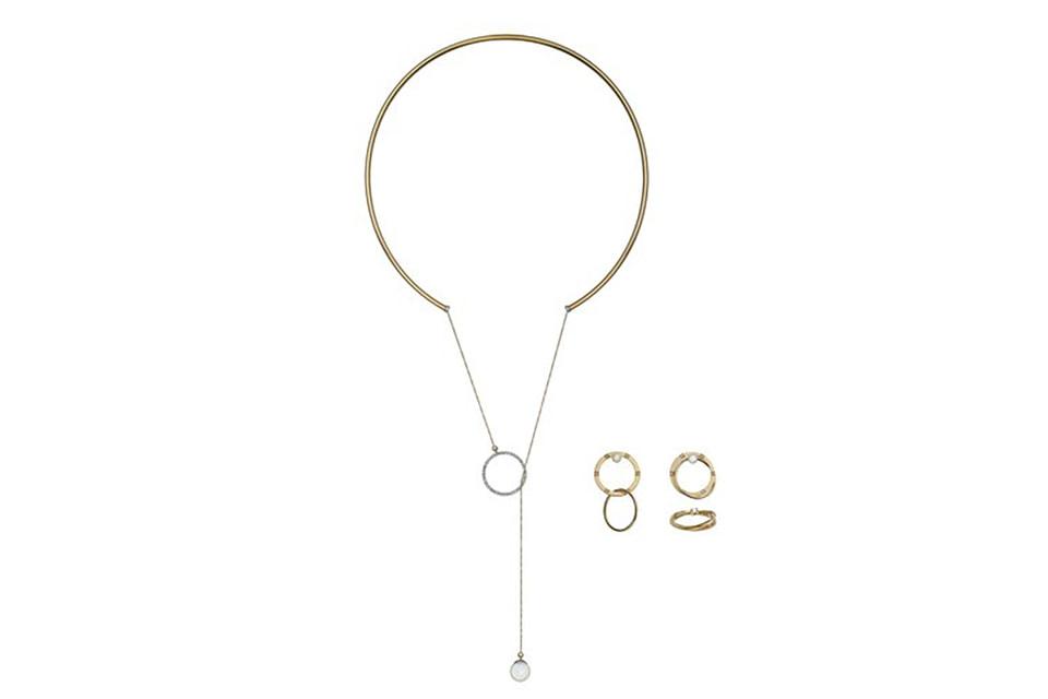 В коллекцию Дельфины Деллетре Фенди вошли колье-трансформер, серьги, которые можно также носить как двойное кольцо и непосредственно кольцо с двумя прокручивающимися звеньями