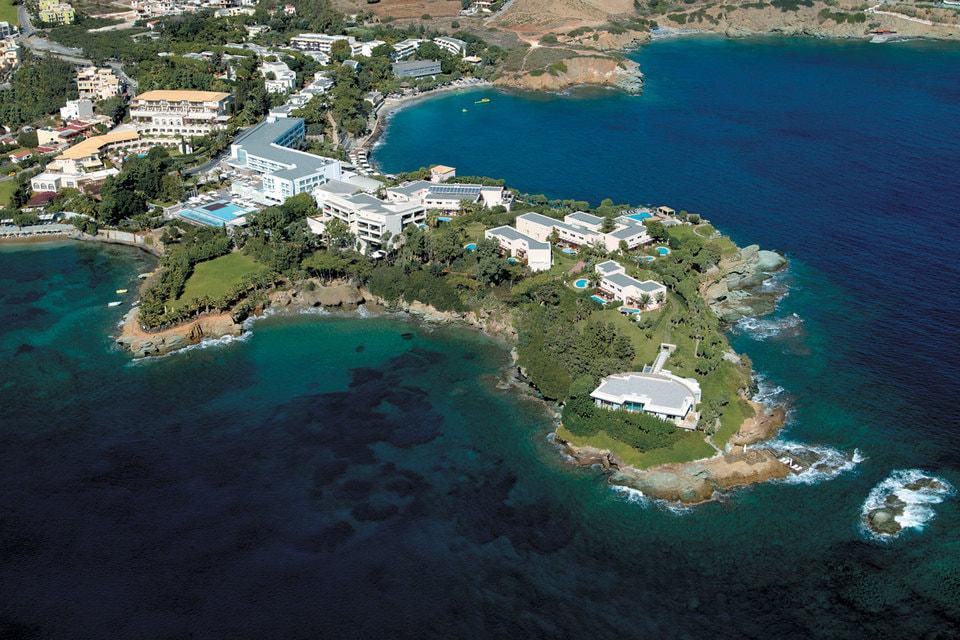 Out of the Blue Capsis Elite Resort расположен на частном полуострове в окружении пышных садов с видами на Эгейское море