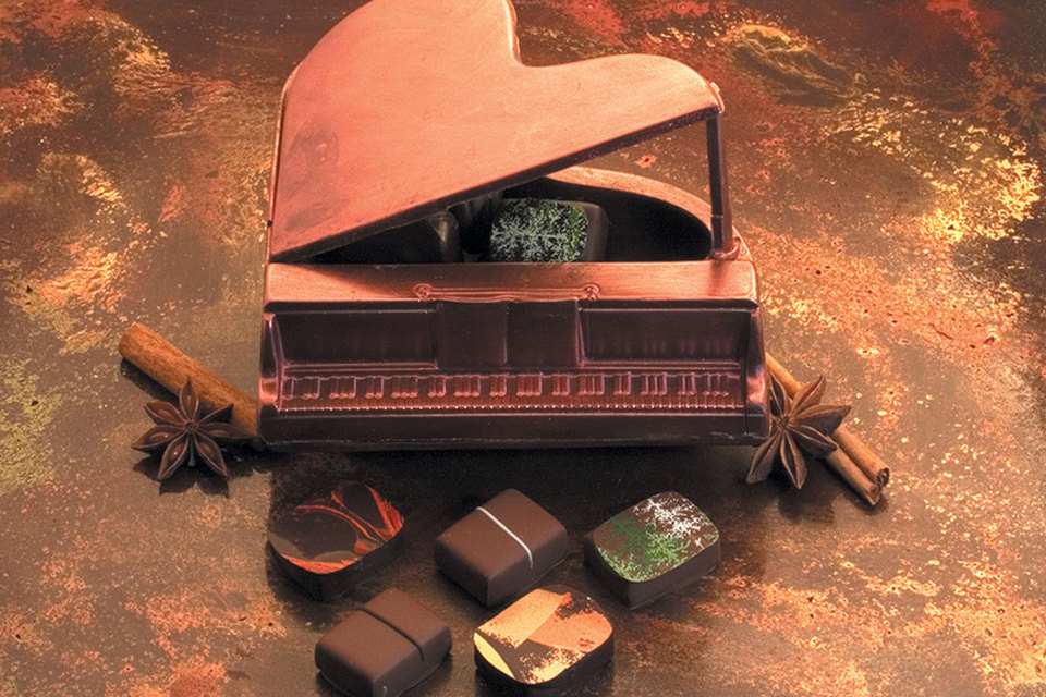 Шоколадный рояль — вариант комплимента для постоянных гостей исторических люксов