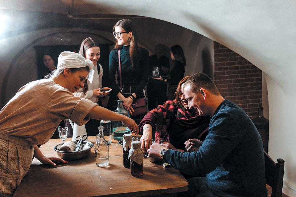 Кухарка Марфа в исполнении актрисы Юлии Гришаевой обучает гостей иммерсивного спектакля «1898» делать клюквенную наливку по рецепту XIX века