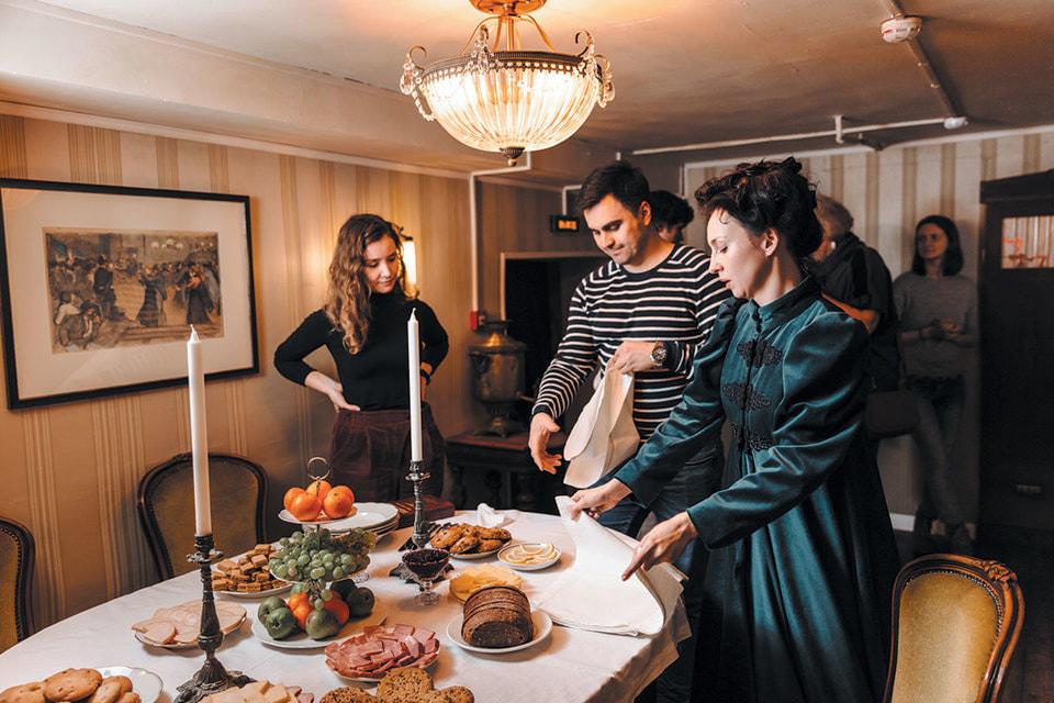 Героиня спектакля обучает зрителей правилам столового этикета XIX века