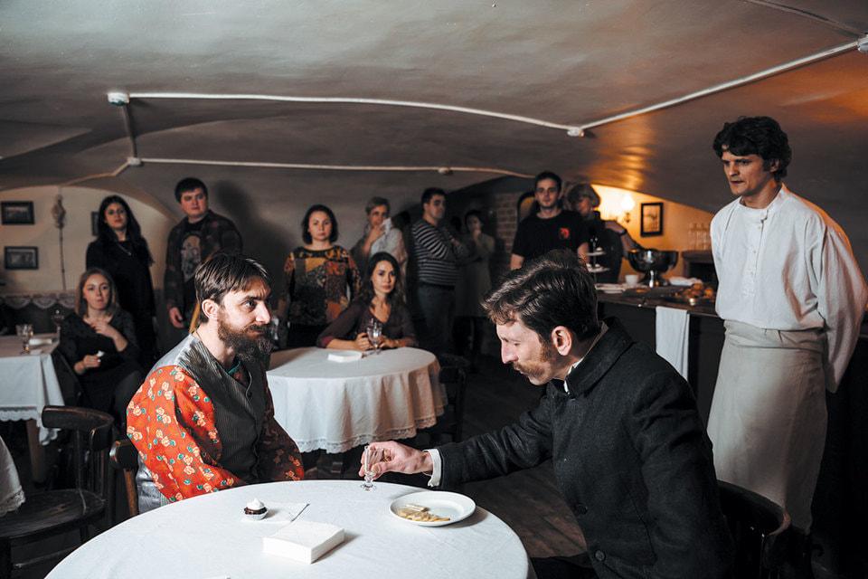 Зрители наблюдают за важным разговором хозяина трактира и городового