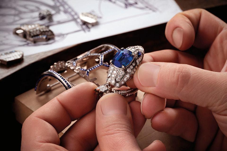 Циферблат часов Serpenti Misteriosi Romani спрятан внутри головы змеи, которую венчает великолепный цейлонский сапфир весом более 10 каратов
