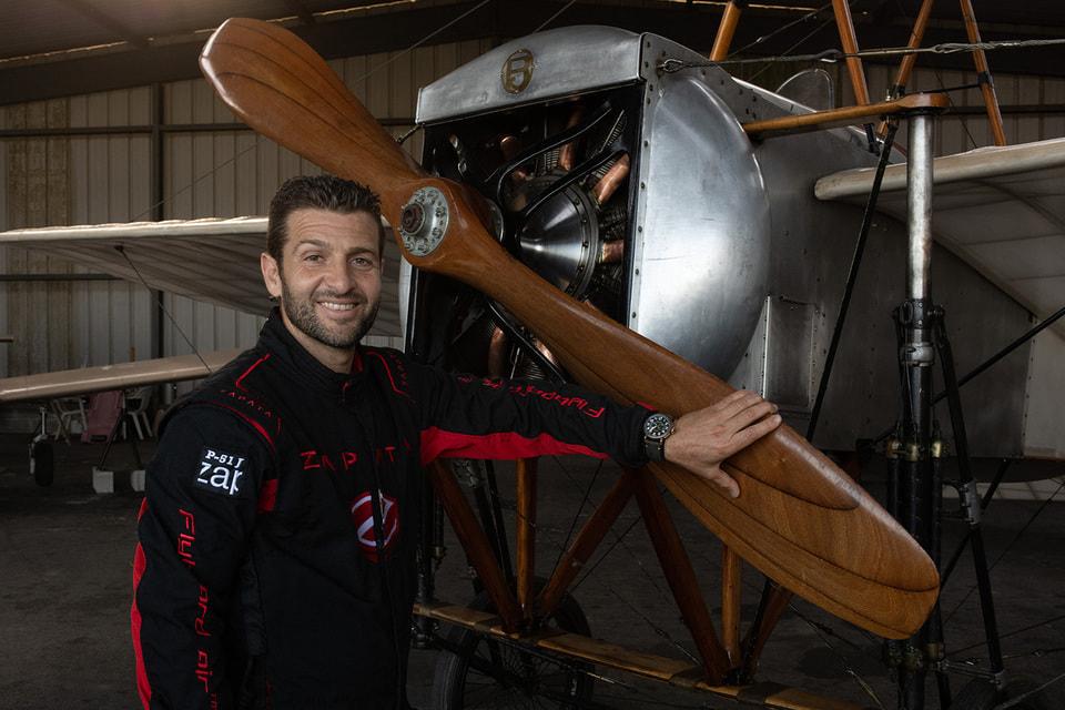 Фрэнки Запата – французский изобретатель, спортсмен-экстремал, экс-чемпион мира по  аквабайку впервые в истории перелетел пролив Ла-Манш на летательном  аппарате Flyboard Air собственной конструкции