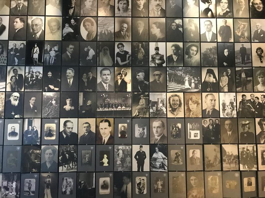 На одной стороне — дореволюционные фото, на другой — портреты тех же людей, сделанные в эмиграции