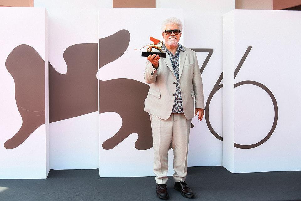 Испанский кинорежиссер Педро Альмодовар получил «Золотого льва» Венецианского фестиваля за свой 40-летний вклад в мировой кинематограф
