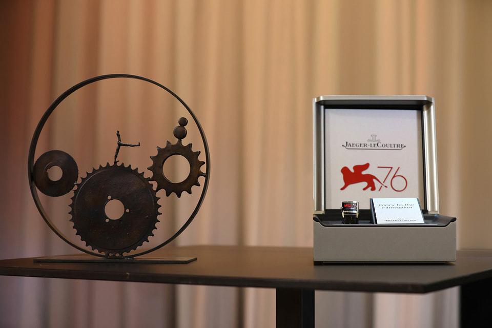 По традиции Jaeger-LeCoultre вручает победителям Венецианского кинофестиваля персонализированные модели часов Reverso с изображением знаменитого крылатого льва –  символ города и фестиваля исполнен на крышке часов в технике холодной эмали