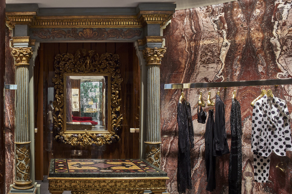 Ручная вышивка, цветы, парча, золото – сегодня стиль  Dolce & Gabbana безошибочно узнаваем