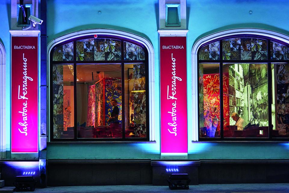 В 2014 году открылся флагманский бутик Salvatore Ferragamo. В честь открытия там прошла выставка «Шелковый остров в мире Salvatore Ferragamo»