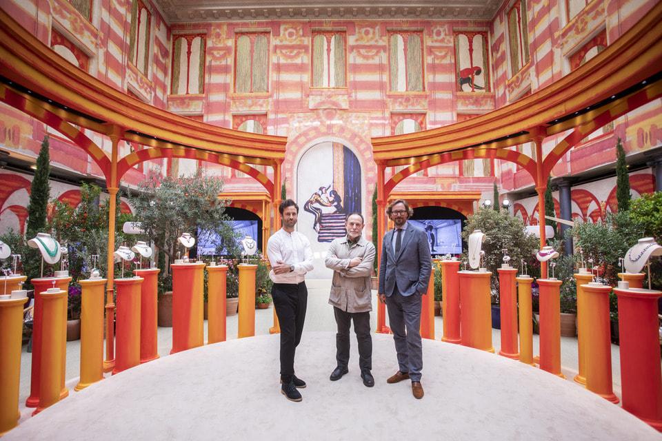 Президент и креативный директор Van Cleef & Arpels Николя Бос  (справа) с хореографом Бенжаменом Мильпье и художником Лоренцо Маттотти,  последний создал декорации для премьеры коллекции Romeo & Juliet