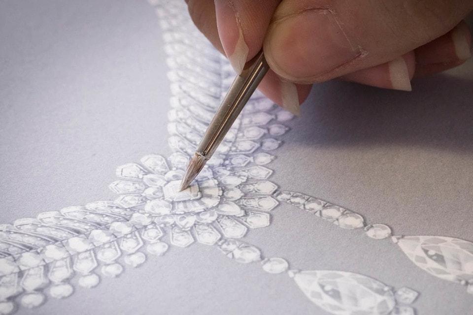 Работа над эскизом бриллиантового колье Reticella из новой высоко ювелирной коллекции Romeo & Juliet Дома Van Cleef & Arpels