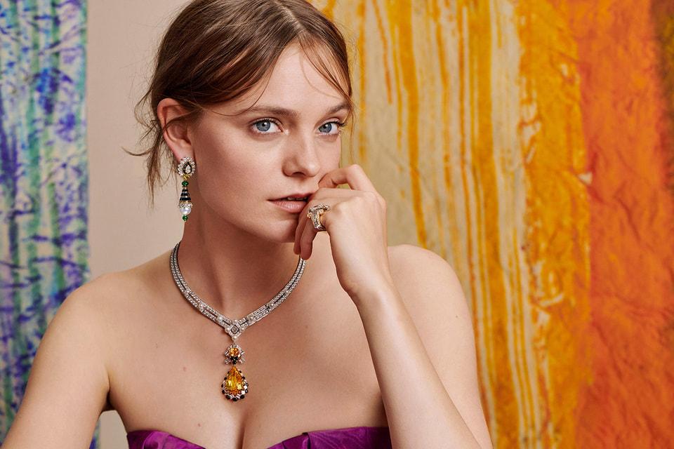 Модель в украшениях из новой высоко ювелирной коллекции Romeo & Juliet Дома Van Cleef & Arpels