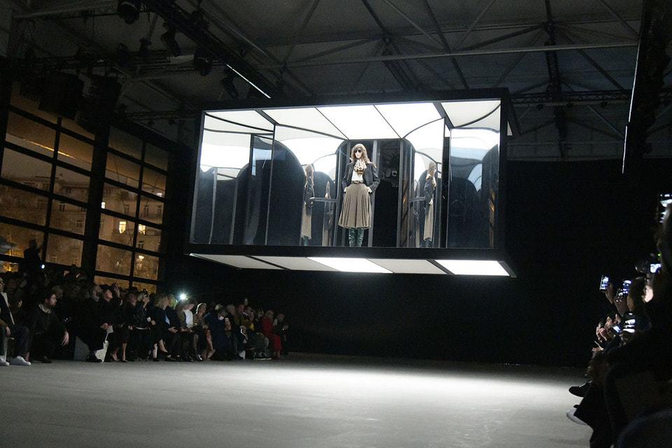 Театральное начало показа Celine осень-зима 2019/20 – модель спустилась на подиум в прозрачной капсуле буквально из темных недр зала