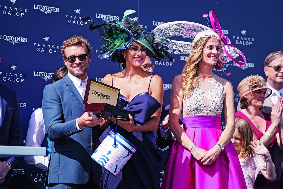 Саймон Бейкер вручил приз Longines и в конкурсе на самый элегантный дамский образ