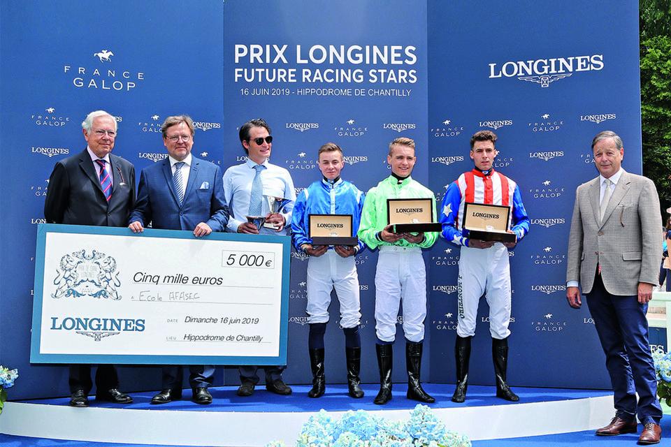 Во время Prix de Diane Longines вручается приз и будущим профессиональным жокеям