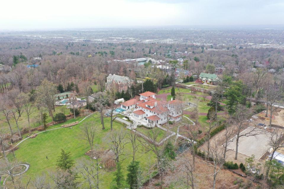 Особняк площадью более чем 2200 кв м расположился на двух гектарах земли