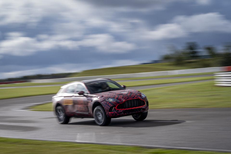 DBX развил скорость на поворотах, сравнимую со скоростью спортивного автомобиля бренда