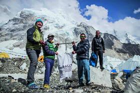 Чем больше альпинистов стремилось покорить Джомолунгму, тем больше они оставляли на ее склонах мусора