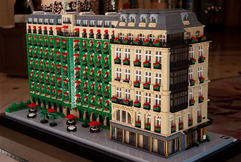 Мини-копия здания Hôtel Plaza Athénée создана из 30000 деталей Lego