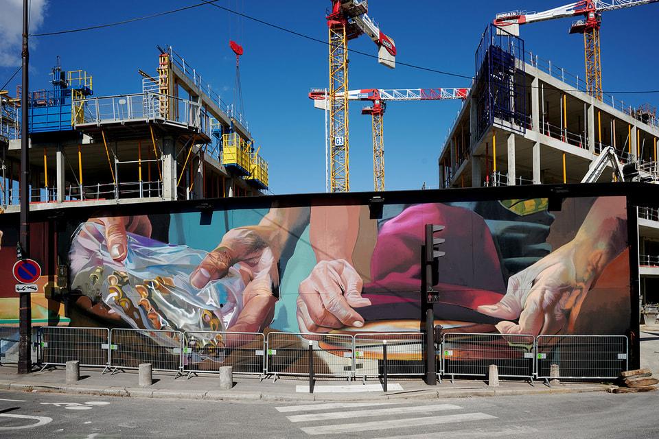 Строительную площадку окружает расписная стена: немецкий граффитист Case Maclaim по заказу Chanel покрыл ее грандиозной фреской