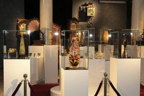В экспозиции представлены также изделия из бесцветного прозрачного стекла с росписью в стиле историзм