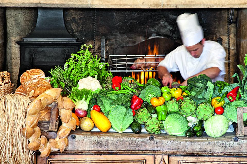 Мсье Герара по-прежнему почти каждый день можно встретить на кухне Les Pres d'Eugenie