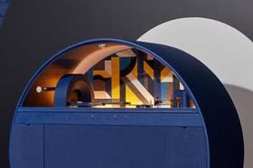 Шкаф изготовлен из дерева и имеет форму круга или диска, постамент сделан из настоящего муранского стекла