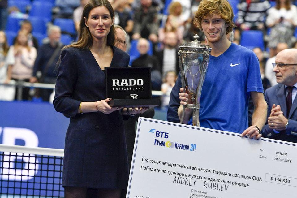 Евгения Платонова, бренд-менеджер Rado в России, вручила часы победителю турнира в одиночном мужском разряде Андрею Рублеву