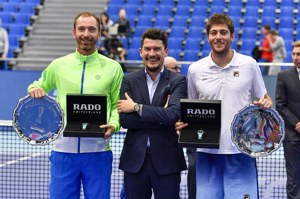 Нидерландский теннисист Матве Мидделкоп, Симон Санчес, вице-президент Rado, и бразильский теннисист Марсело Демолинер
