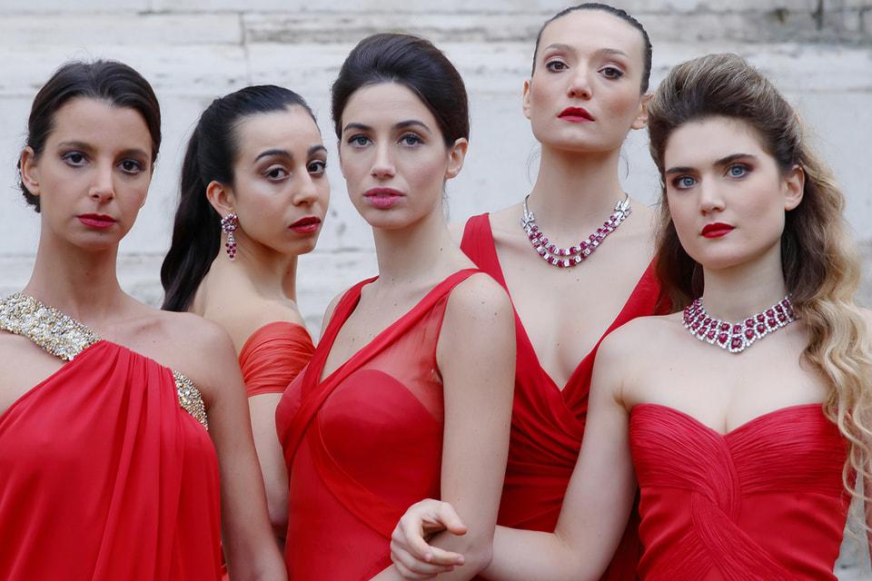 Красные платья haute couture, созданные Валентино Гаравани, дополнены бриллиантами и рубинами из коллекции Bvlgari Heritage