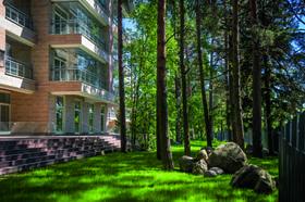 Вокруг – умиротворяющие пейзажи Карельского перешейка, до Петербурга всего час езды