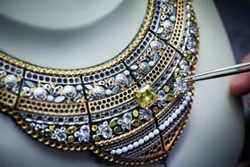 Процесс создания колье-воротника Roubachka с центральным желтым бриллиантом весом 9,5 карата