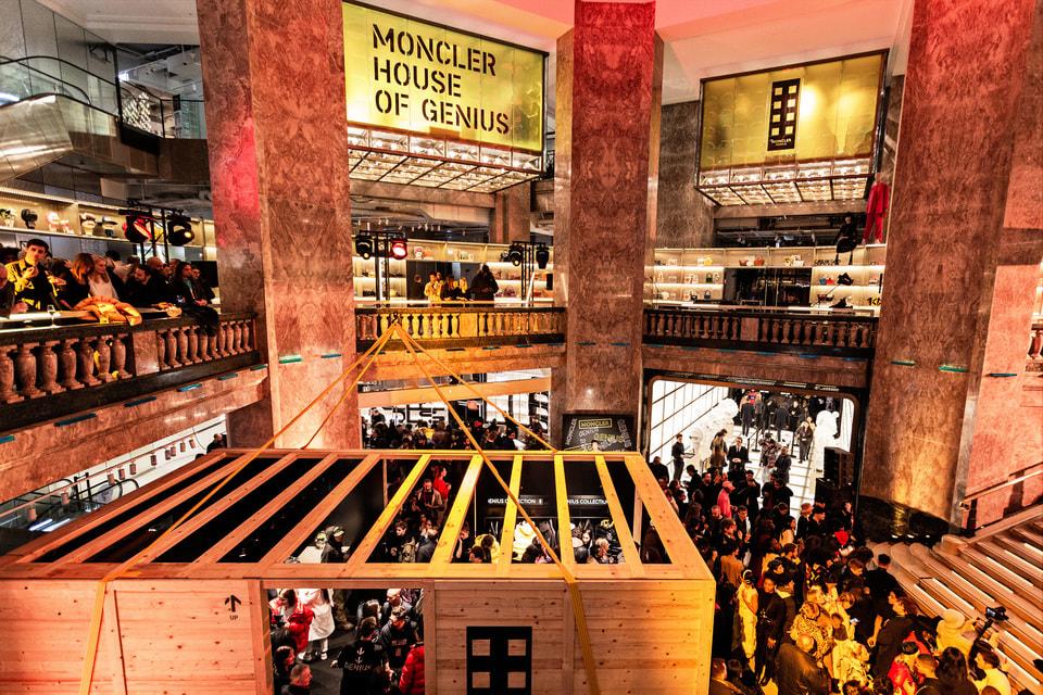 В бутиках представлены вещи из коллекций линии Moncler Genius, созданной в сотрудничестве с ведущими современными дизайнерами