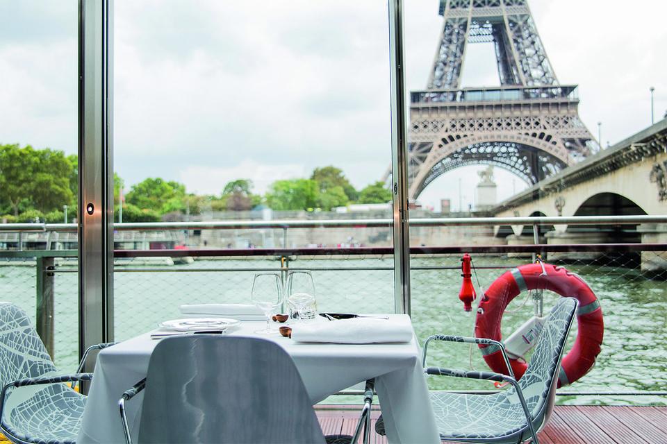 Вид с террасы плавучего ресторана Ducasse sur Seine в Париже