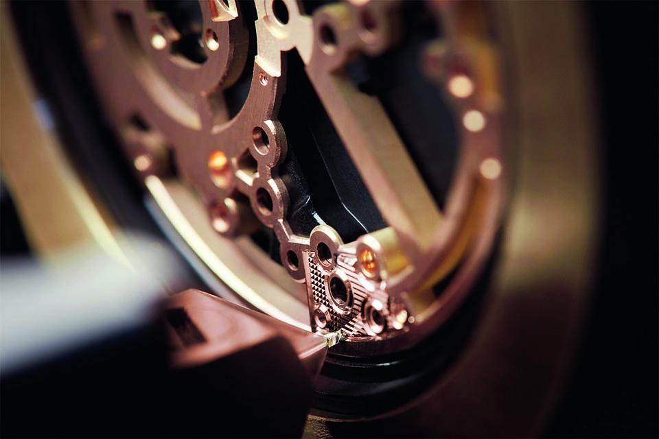 Процесс гильоширования механизма часов Breguet