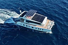 Катамаран-бестселлер Silent 55 оснащен 30 солнечными панелями последнего поколения