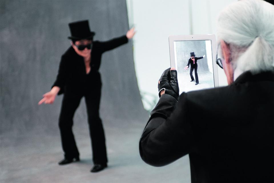 Йоко Оно позирует К. Лагерфельду во время работы над книгой The Little Black Jacket, которую Карл писал совместно с Карин