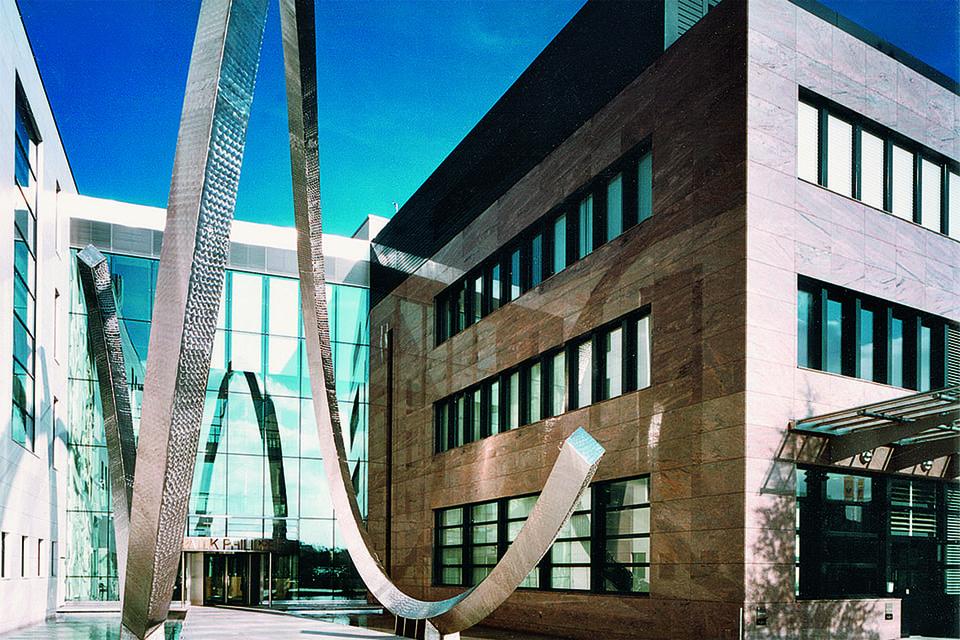 Скульптура Lе Spiral перед входом на мануфактуру изображает петлю сплит-хронографа